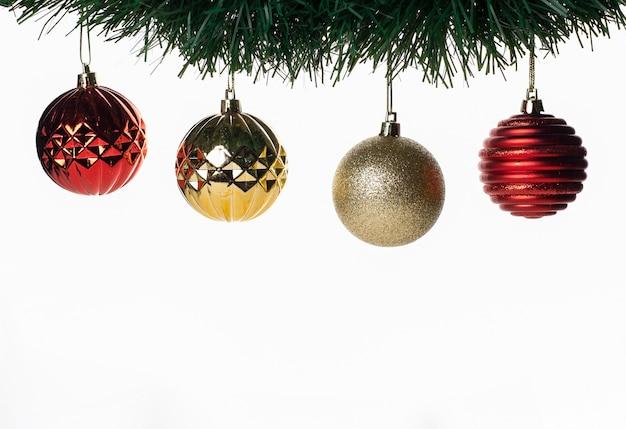 Weihnachtsdekoration mit farbigen und glänzenden kugeln