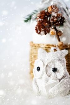 Weihnachtsdekoration mit feenhafter weißer eule