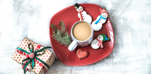 Weihnachtsdekoration mit festlichen keksen und geschenkbox
