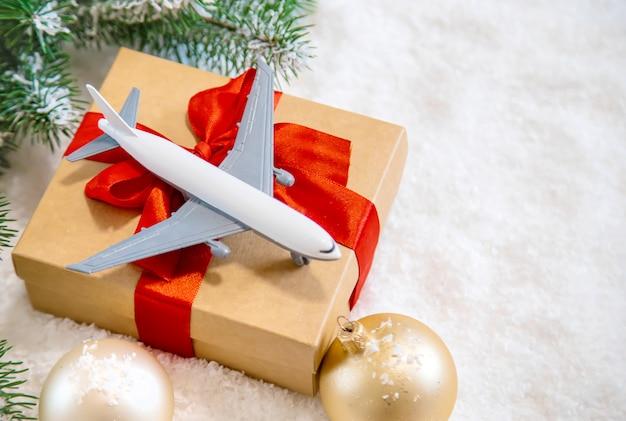 Weihnachtsdekoration mit flugzeug, reisekonzept für die feiertage