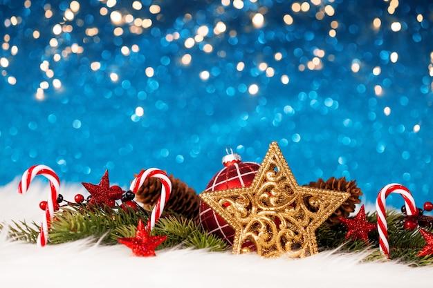 Weihnachtsdekoration mit funkelnder blauer wand