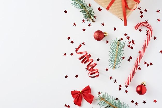 Weihnachtsdekoration mit geschenk auf weiß