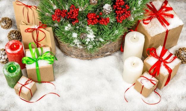 Weihnachtsdekoration mit geschenkboxen und brennenden kerzen. draufsicht mit kopienraum