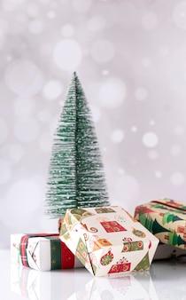 Weihnachtsdekoration mit geschenkboxen und einem tannenbaum