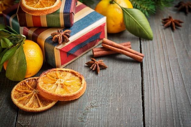 Weihnachtsdekoration mit geschenkboxen und mandarinen