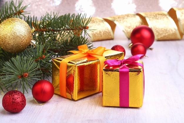 Weihnachtsdekoration mit geschenkboxen