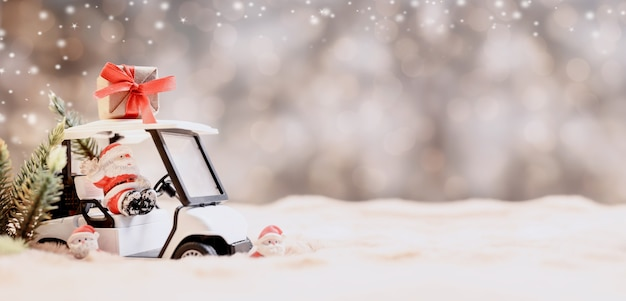 Weihnachtsdekoration mit golfauto im dezember.