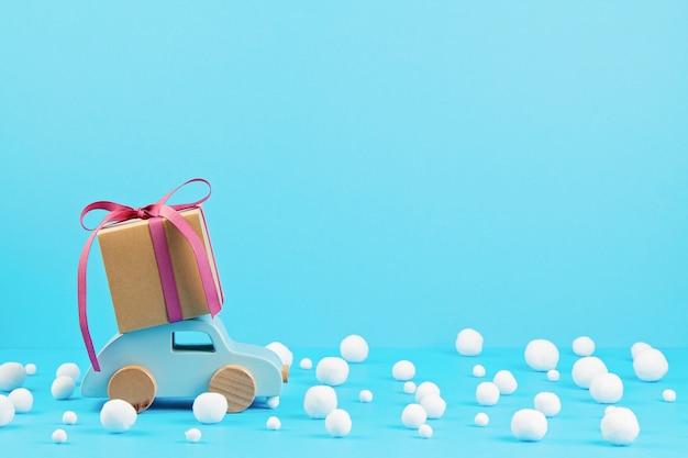 Weihnachtsdekoration mit hölzernem auto, geschenke mit kopienraum. season grußkarte