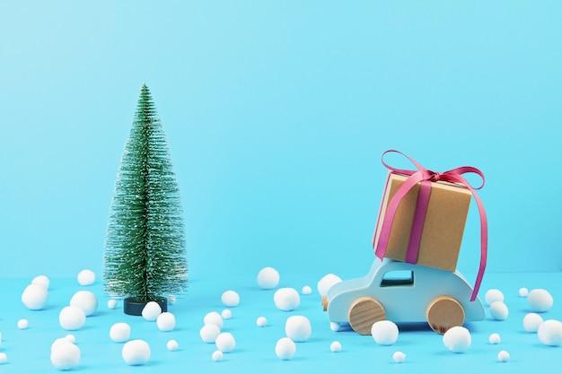 Weihnachtsdekoration mit hölzernem auto, kiefer, mit kopienraum. season grußkarte