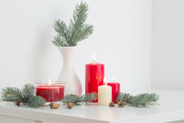 Weihnachtsdekoration mit kerzen auf weißer wand