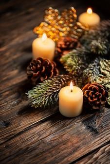 Weihnachtsdekoration mit kerzen