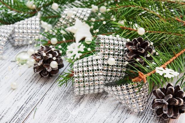 Weihnachtsdekoration mit kiefer, zapfen, perlen und strasssteinen