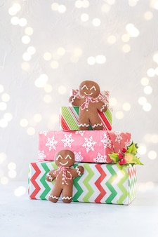 Weihnachtsdekoration mit lebkuchenmännern und geschenkbox