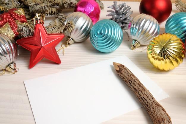 Weihnachtsdekoration mit leerem papier