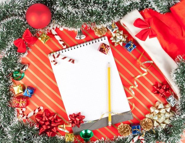 Weihnachtsdekoration mit notizblock, draufsicht