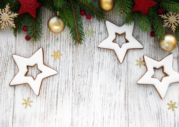 Weihnachtsdekoration mit plätzchen? auf einem alten hölzernen hintergrund