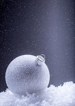 Weihnachtsdekoration mit spielerei in der schneeatmosphäre