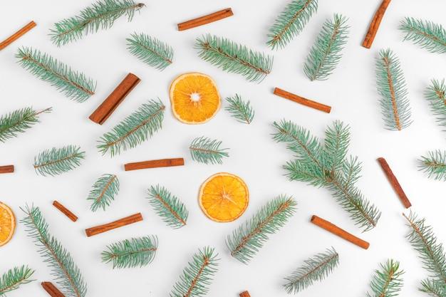 Weihnachtsdekoration mit tannenbaum, trockenen orangen und kegeln