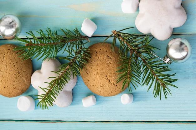 Weihnachtsdekoration mit tannenbaum, weihnachtsplätzchen und marshmallow.
