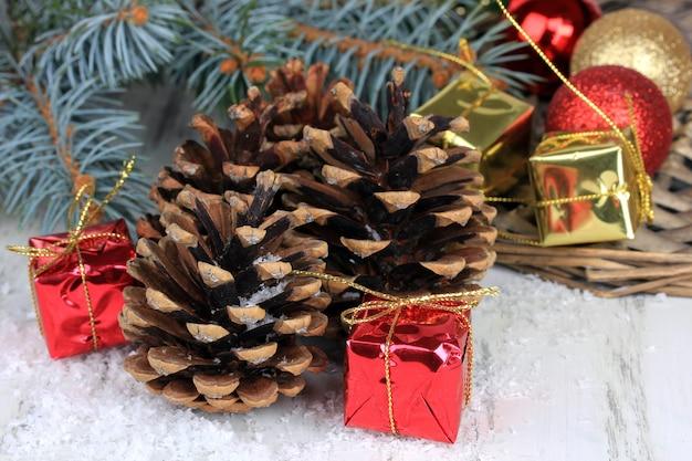 Weihnachtsdekoration mit tannenzapfen auf holzuntergrund