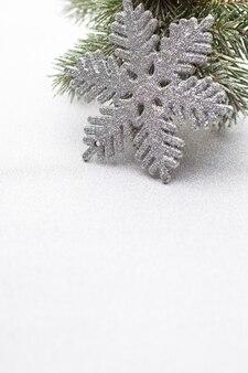 Weihnachtsdekoration mit tannenzweigbaum mit kopienraum.