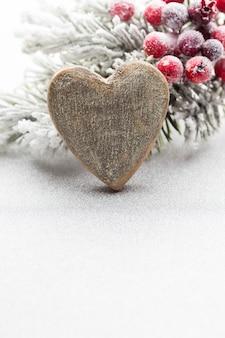 Weihnachtsdekoration mit tannenzweigen auf dem hintergrund eines baumes mit kopienraum.
