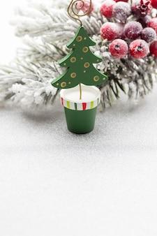 Weihnachtsdekoration mit tannenzweigen auf dem hintergrund eines baumes mit kopienraum