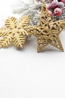 Weihnachtsdekoration mit tannenzweigen eines baumes