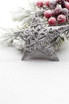 Weihnachtsdekoration mit tannenzweigen mit einem baum mit kopienraum.