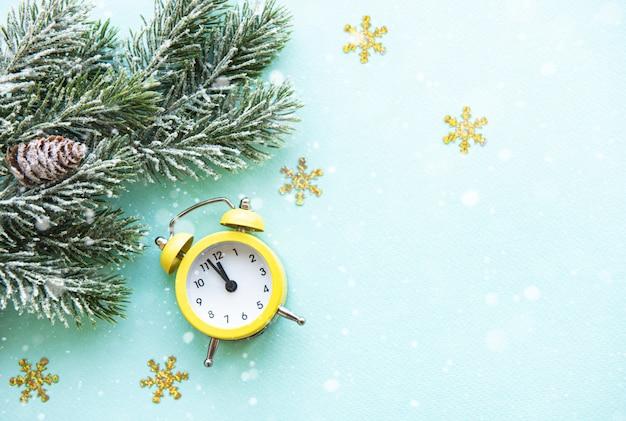 Weihnachtsdekoration mit wecker