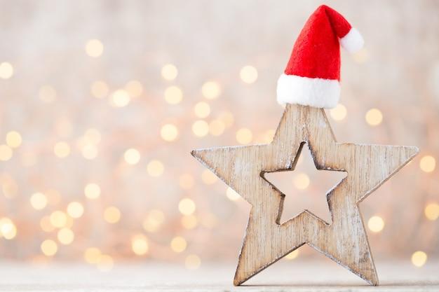 Weihnachtsdekoration mit weihnachtsmütze. jahrgänge hintergrund.