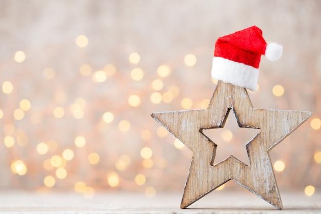 Weihnachtsdekoration mit weihnachtsmütze.