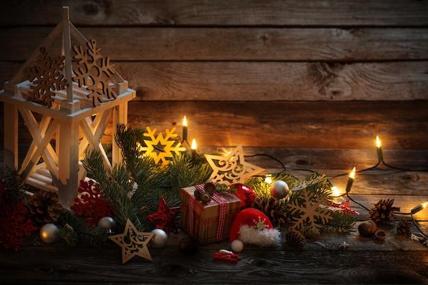 Weihnachtsdekoration mit weißer laterne auf holzwand