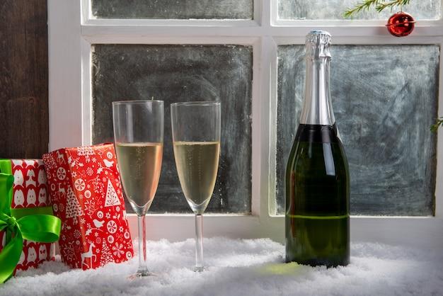 Weihnachtsdekoration mit zwei gläsern champagner