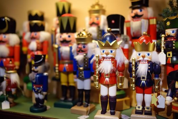 Weihnachtsdekoration nussknacker auf weihnachtsmarkt