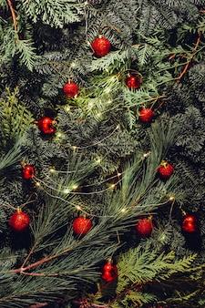 Weihnachtsdekoration, rote kugeln, spielzeug, tannenzweige, girlande