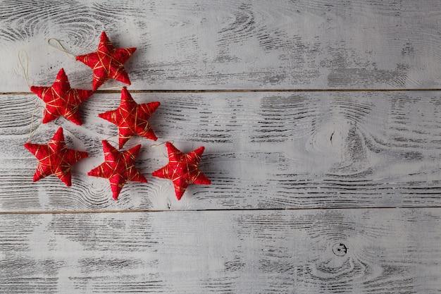 Weihnachtsdekoration. rote weihnachtssterne auf rustikalem dunklem hölzernem hintergrund