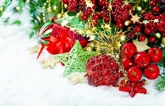Weihnachtsdekoration rotgoldgrün über weißem hintergrund. leuchtende farben. getöntes bild im vintage-stil