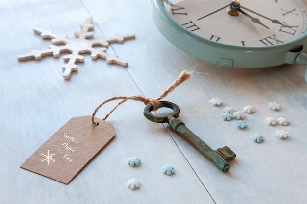 Weihnachtsdekoration - santa's magic key. nahaufnahme auf hellblauem hölzernem hintergrund