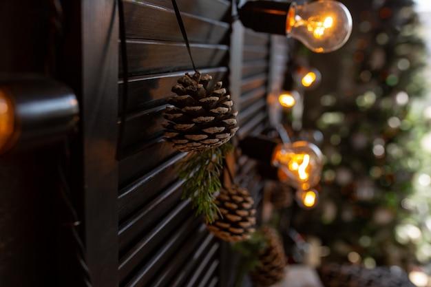 Weihnachtsdekoration. schlafzimmer in dunklen farben mit großem bett.