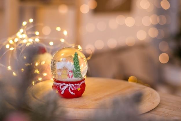 Weihnachtsdekoration, schneekuppel, globus mit tischdekoration, weihnachtsmann auf schlitten mit kind im winter