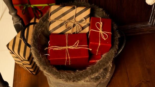 Weihnachtsdekoration. schöne ferien. ein schönes wohnzimmer, das weihnachtlich dekoriert ist. neujahrsgeschenke
