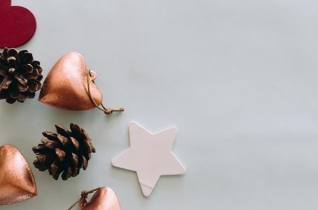 Weihnachtsdekoration setzte platz auf holztisch von oben