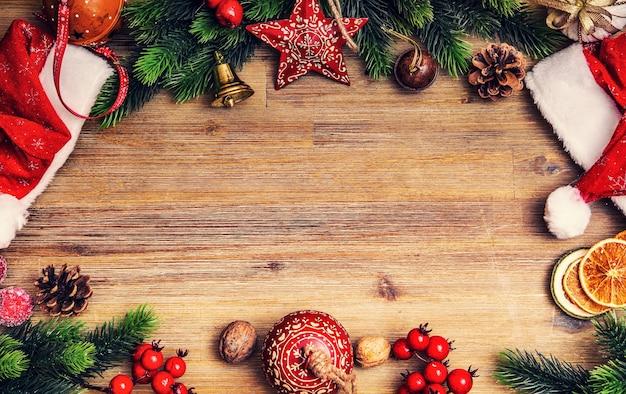 Weihnachtsdekoration sterne kugeln jingle glocken hut tanne und tannenzapfen