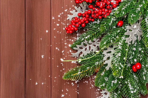 Weihnachtsdekoration. tannenbaum des neuen jahres, frische blätter und künstlicher schnee.