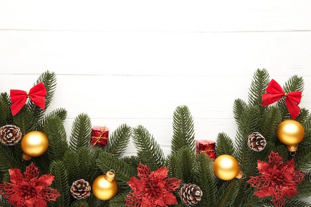 Weihnachtsdekoration. tannenbaumniederlassung mit rot und goldkugeln auf weißem hintergrund