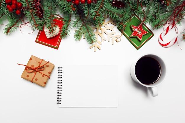 Weihnachtsdekoration tannenzweiggeschenke flach zu legen
