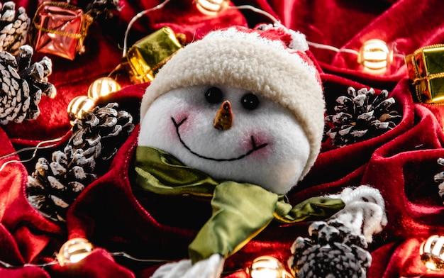 Weihnachtsdekoration, teddy und lichter auf rotem samt