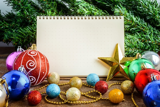 Weihnachtsdekoration, thema mit leerem notizbuch auf hölzernem