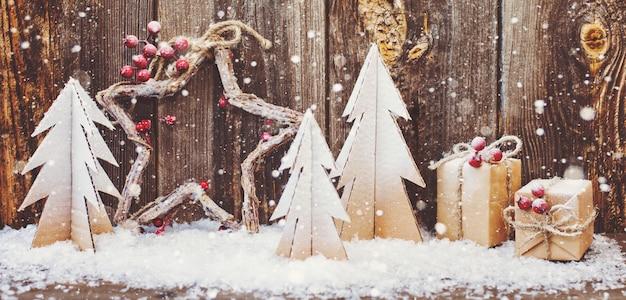 Weihnachtsdekoration über hölzernen hintergrund